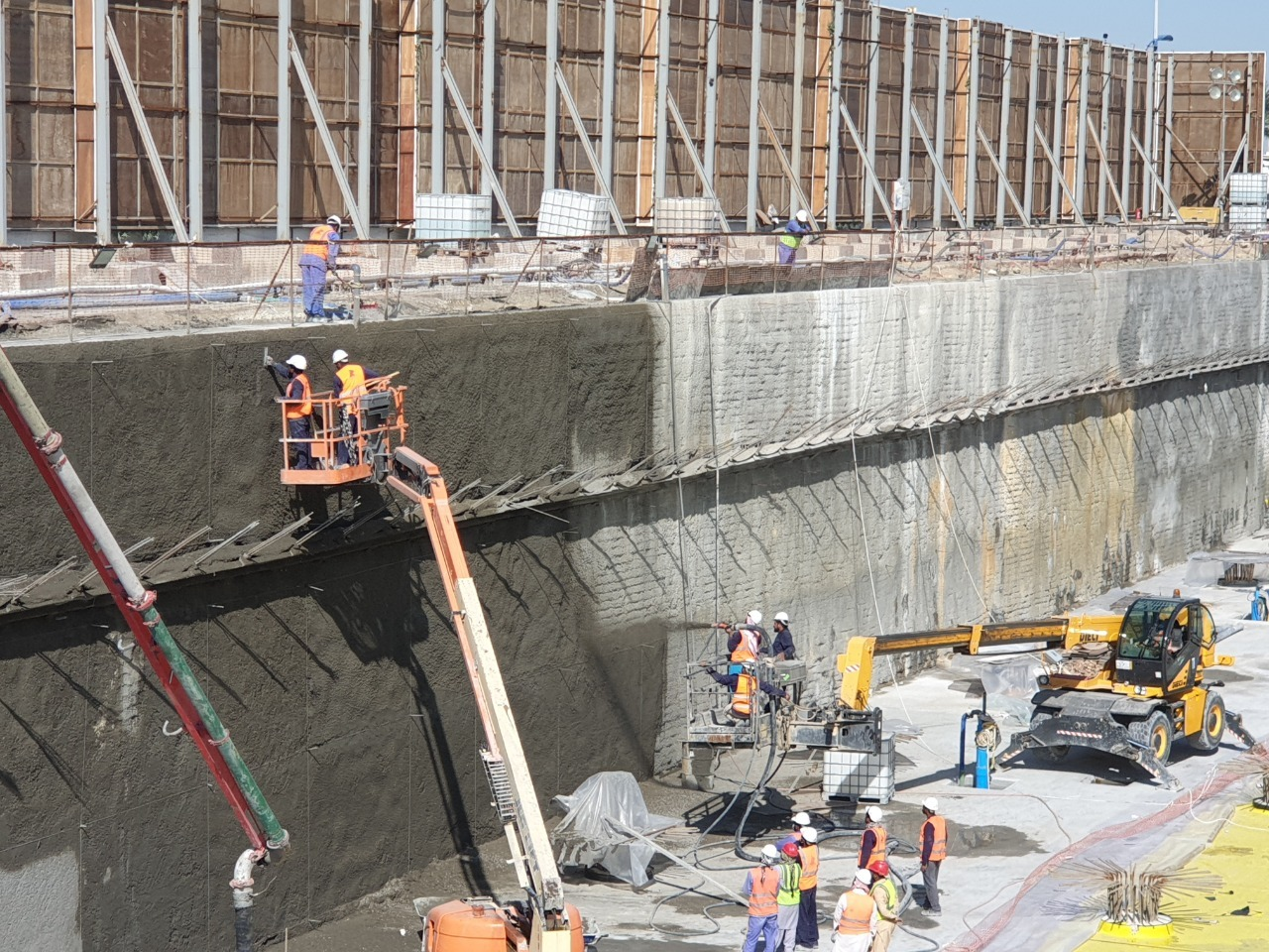 Shotcrete works to covering secant piles surface for a cinema project.